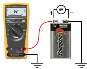 By connecting the negative terminal to ground, now we can measure the voltage over the battery.